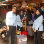 pembagian perlengkapan sampah kepada pedagang pasar oleh AM dan tim Area